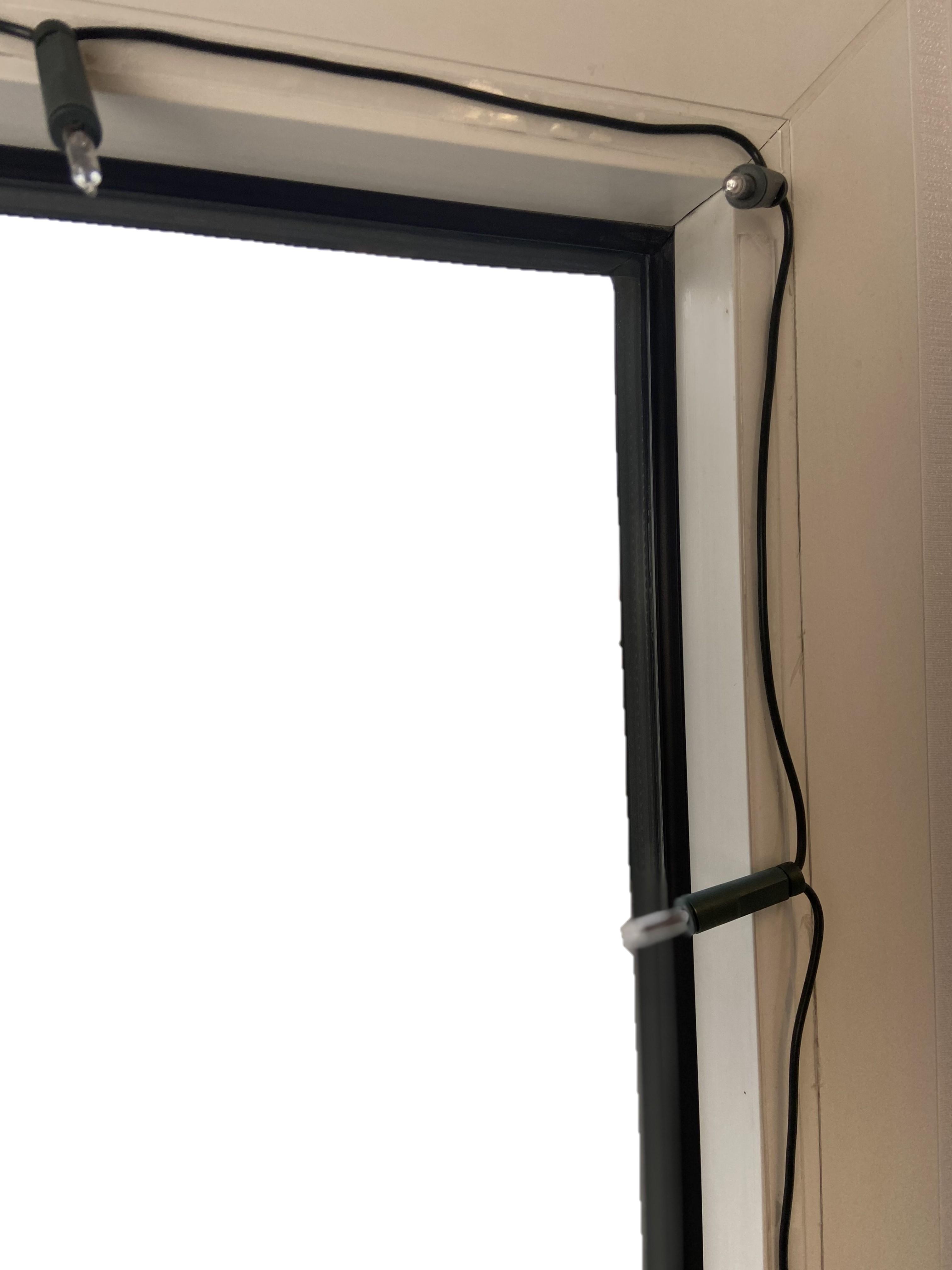 Lichterkette am Fensterrahmen
